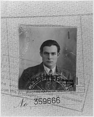 192px-Ernest_Hemingway_passport_photo_40-1548M 2